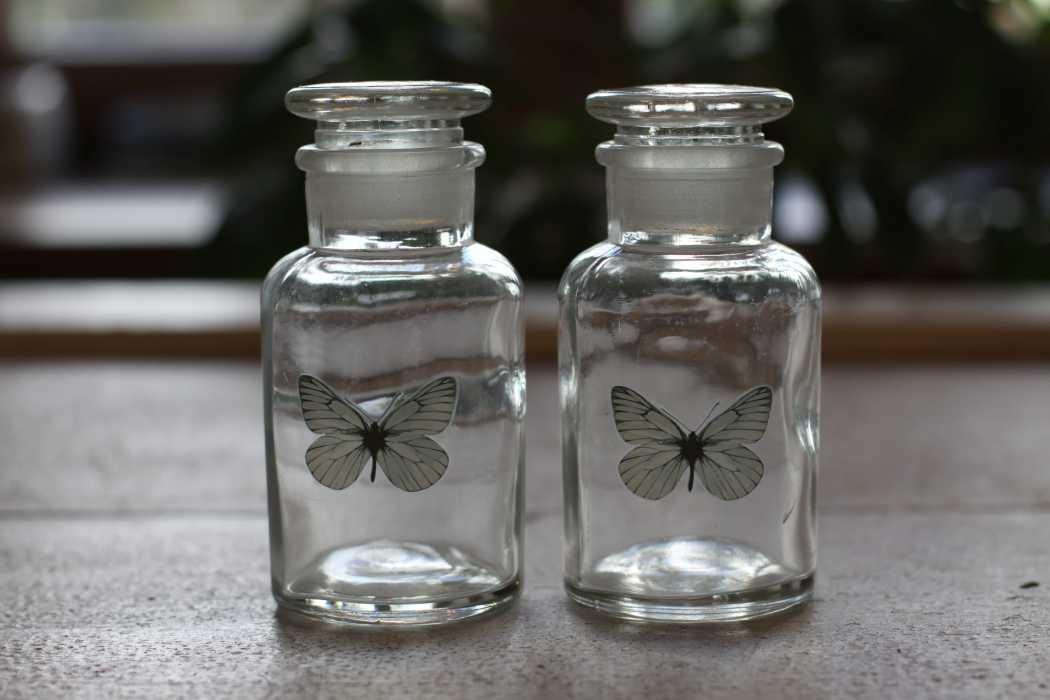 deko flasche schmetterling glasflasche flakon landhausstil 2er set. Black Bedroom Furniture Sets. Home Design Ideas