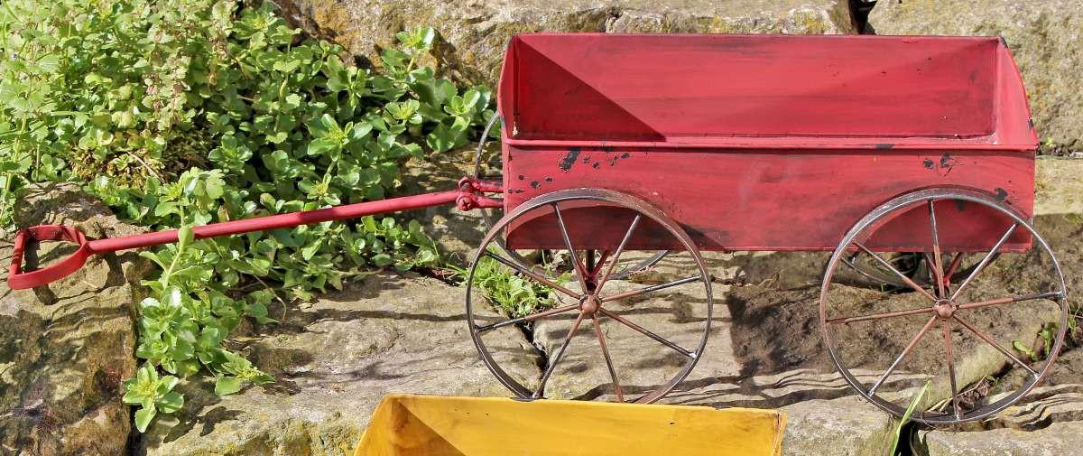schubkarre gartendeko pflanzwagen aus metall mit antikem. Black Bedroom Furniture Sets. Home Design Ideas