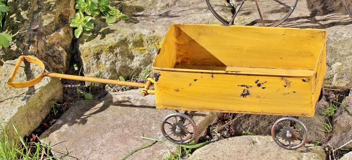 schubkarre gartendeko pflanzwagen aus metall mit antikem charme gelb. Black Bedroom Furniture Sets. Home Design Ideas